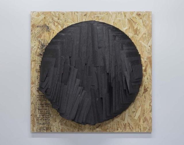Caroline Monnet (née en 1985), Maniwaki, 2018, membrane pare-air, aggloméré de bois. Collection François R. Roy. Photo Paul Litherland
